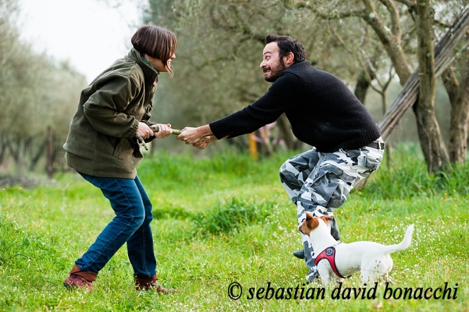 coppia giocosa con cane, campagna, playful couple with jack russel, countryside