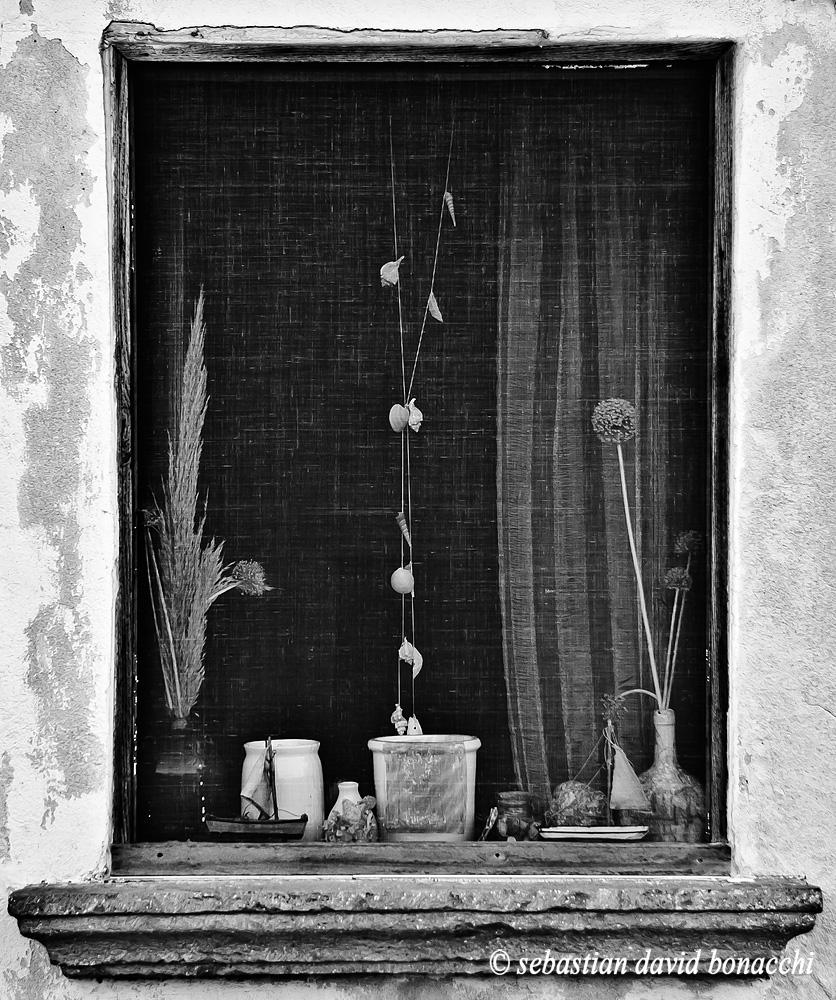 isola di ventotene, vecchia finestra, fotografia bianconero, zanzara, zanzariera