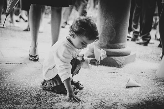 fotografo reportage matrimonio firenze, wedding photojournalist photographer tuscany, matrimonio stile reportage, getting married in tuscany, bambina raccoglie riso, little girl collects rice